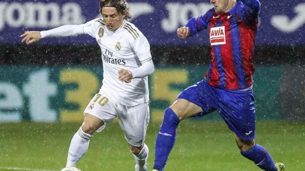 Luka Modric presionado por un jugador del Eibar