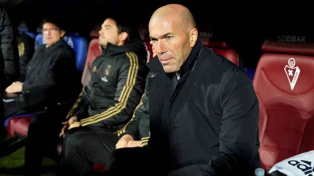 Zidane sentado en el banquillo de Ipurua