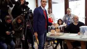 El presidente del Gobierno en funciones, Pedro Sánchez, vota en Pozuelo de Alarcón.