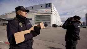El binomio de la Policía Nacional que protege con el arma anti-drones el Centro Naiconal de Difusión de Datos.