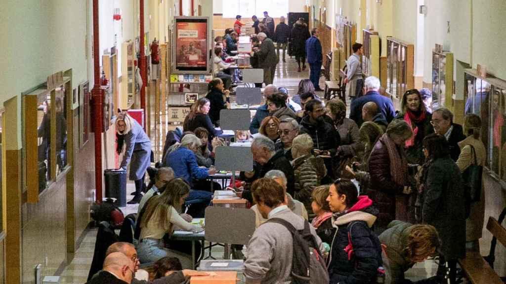 Unas personas votan en un colegio zaragozano en las elecciones generales del 2019 .