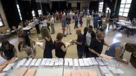 Imagen de archivo de un colegio electoral durante los comicios del 10-N