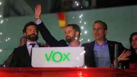 Los dirigentes de Vox Iván Espinosa de los Monteros, Santiago Abascal y Javier Ortega Smith, esta noche en la sede del partido.