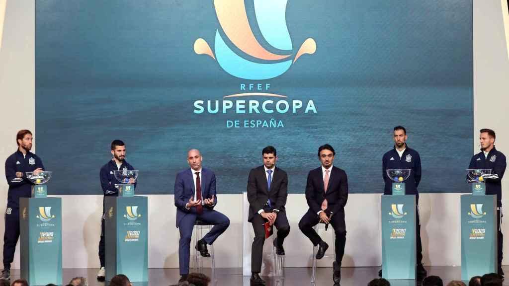 Luis Rubiales, presidente de la Real Federación Española de Fútbol, y el presidente de la autoridad general del deporte de Arabia Saudi, el príncipe Abdulaziz Bin Turki Alfaisal, durante el sorteo de los emparejamientos de la Supercopa de España
