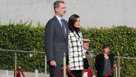 Felipe VI y Letizia justo antes de embarcar rumbo a Cuba.
