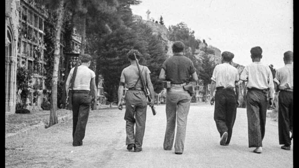 Fotografía de un grupo de milicianos que abandonan el cementerio de Montjuic (Barcelona) tras un entierro, en 1936, realizada por Antoni Campañá.