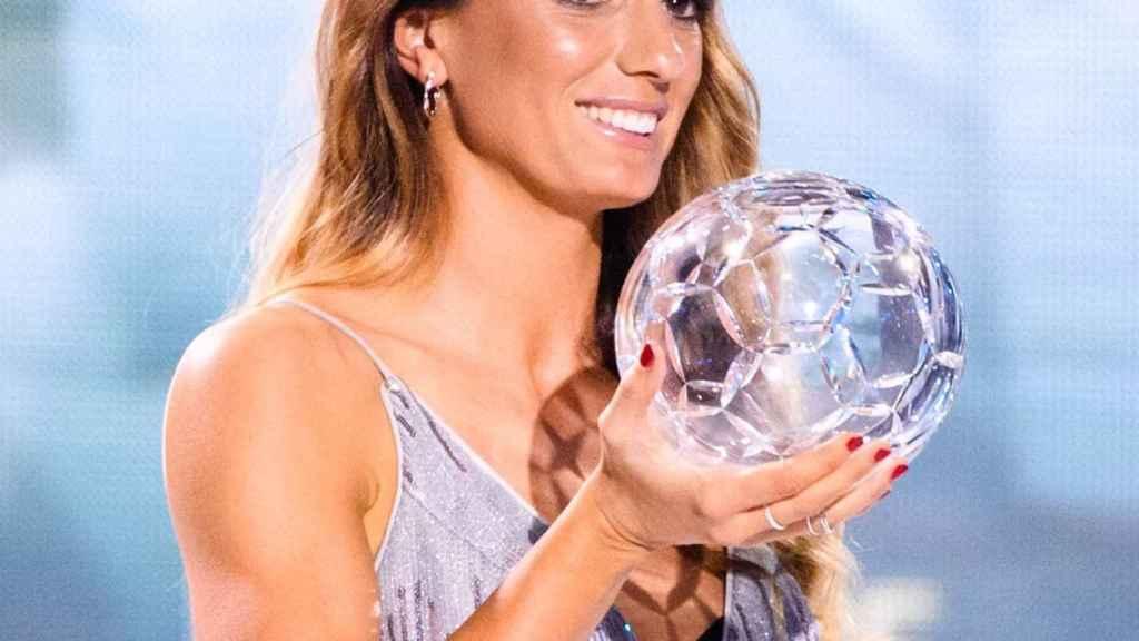 Kosovare Asllani con el premio de mejor delantera del mundo