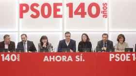 Pedro Sánchez, junto a miembros de la dirección de su partido, este lunes en Ferraz.