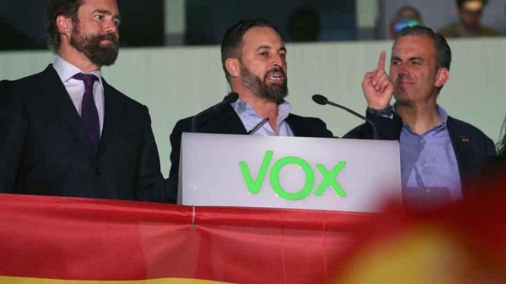 Santiago Abascal, junto a Iván Espinosa de los Monteros y Javier Ortega Smith se dirige a sus simpatizantes en el exterior de la sede del partido en Madrid.