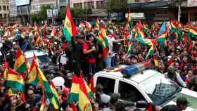 Bolivianos apoyando en las calles a Luis Fernández Camacho, líder de las protestas en Bolivia.