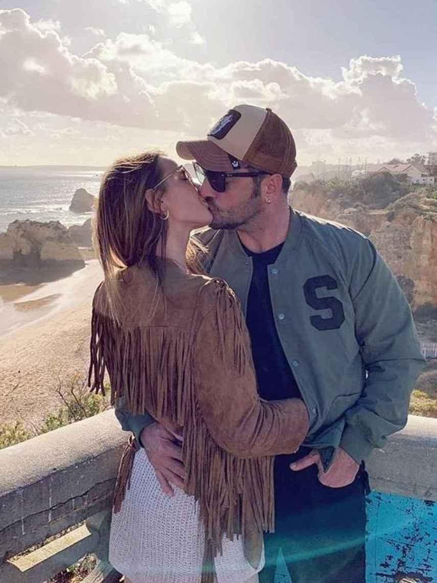Yana Olina y Bustamante hace un año que no esconden su amor.