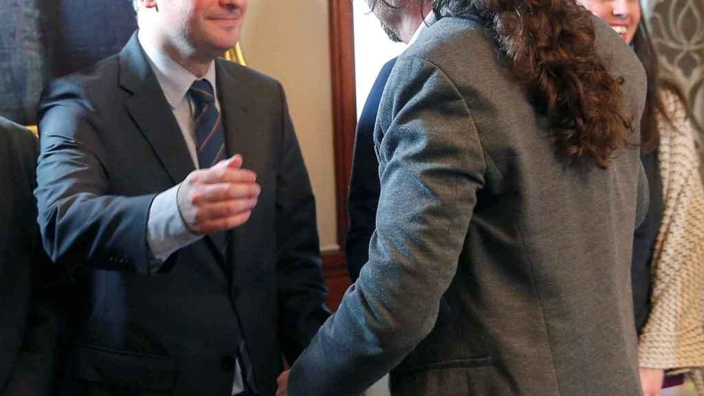 Pablo Iglesias saluda a Iván Redondo, jefe de Gabinete de Pedro Sánchez, tras la firma del acuerdo de coalición.