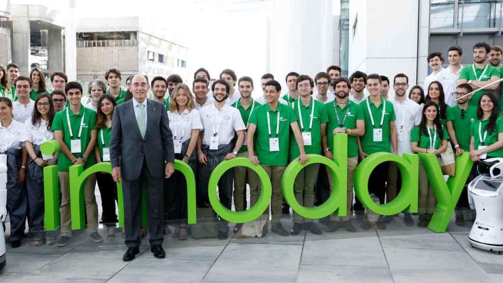 Ignacio Sánchez Galán, con jóvenes participantes en Innoday.
