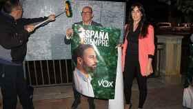 Los dos concejales que VOX tiene en el Ayuntamiento de Totana, María Dolores García y Javier Clemente Sánchez, durante la pegada de carteles .