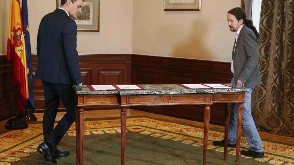 Pedro Sánchez y Pablo Iglesias, segundos antes de firmar el acuerdo este martes en el Congreso.