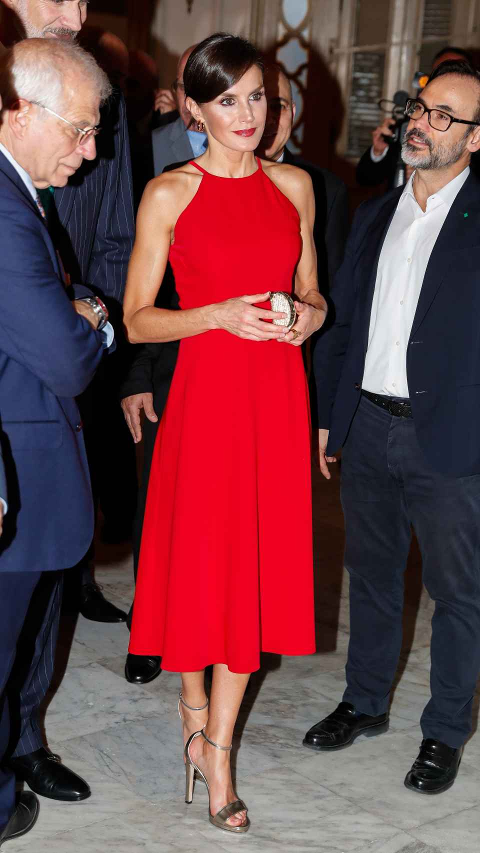 'Total look' de Letizia: apuesta por el rojo intenso y los complementos en dorado.