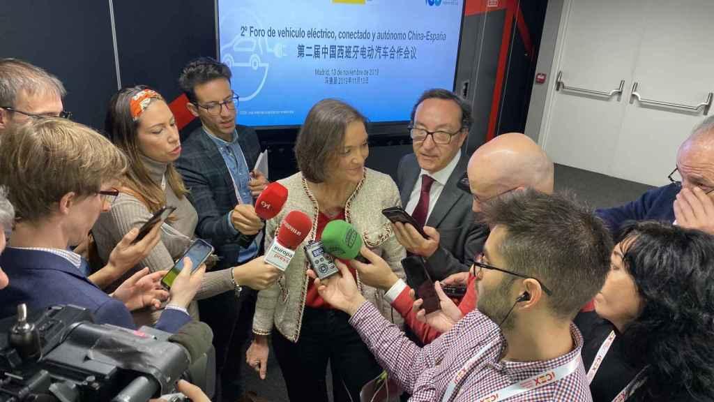Reyes Maroto, ministra de Industria, Comercio y Turismo en funciones, atiende a los medios tras el 2º Foro de vehículo eléctrico, conectado y autónomo China-España.