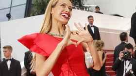 La modelo Petra Nemcova hace el signo de un corazón.