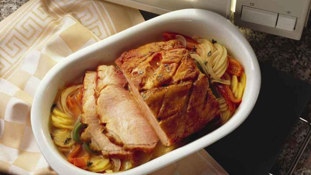 Una fuente con comida dentro del microondas.