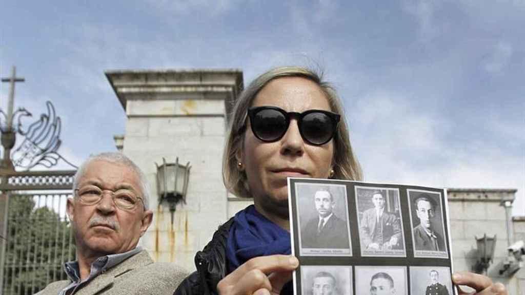 Representantes de la Asociación de Familiares Pro Exhumación de los Republicanos del Valle de los Caídos, a las puertas del mausoleo.