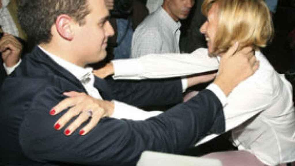 Rosa Díez abraza a Albert Rivera en la presentación de Ciutadans en Madrid, en mayo de 2006.