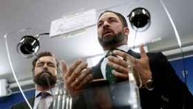 Los dirigentes de Vox Iván Espinosa de los Monteros y Santiago Abascal, este miércoles en el Congreso.