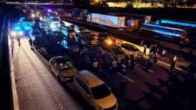 Coches estacionados en el paso fronterizo de La Junquera, en los cortes de Tsunami Democràtic.