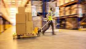 Un operario transporta un palé en una de las plataformas logísticas de SEUR.