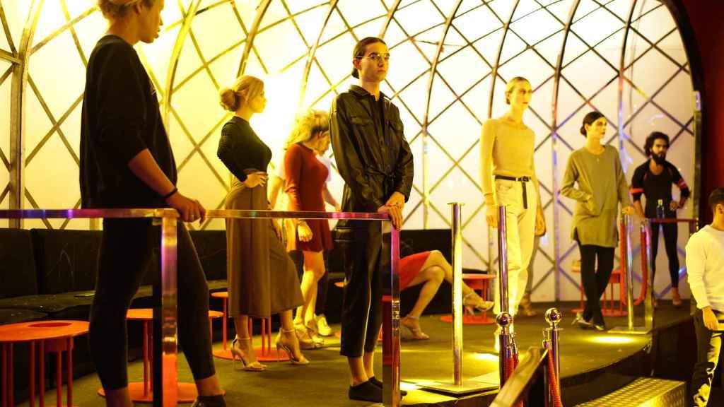 Los modelos luciendo sus trajes en la pasarela.