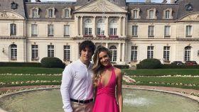 Rebecca Lima y Jordi Cruz posando en un elegante palacio