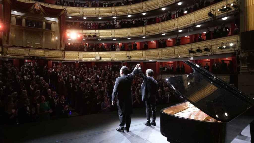 El tenor mexicano Javier Camarena, acompañado del pianista Ángel Rodríguez, con el Teatro Real puesto en pie.