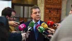 El presidente de Castilla-La Mancha, Emiliano García-Page, atiende a los medios desde el Palacio de Fuensalida.