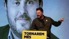 Gabriel Rufián durante un acto de ERC, frente a la imagen de Oriol Junqueras.