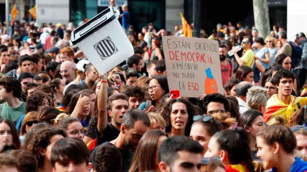 Estudiantes participan en una manifestación contra la sentencia del 'procés'.