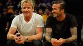 David Beckham y Gordon Ramsay, en un partido de baloncesto.