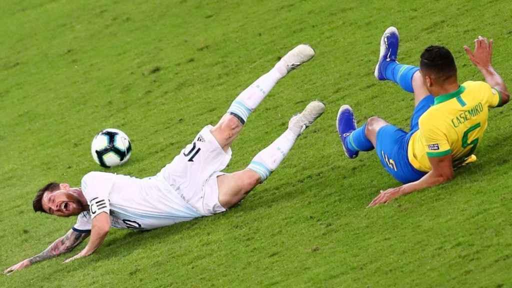 Casemiro y Messi disputan por un balón