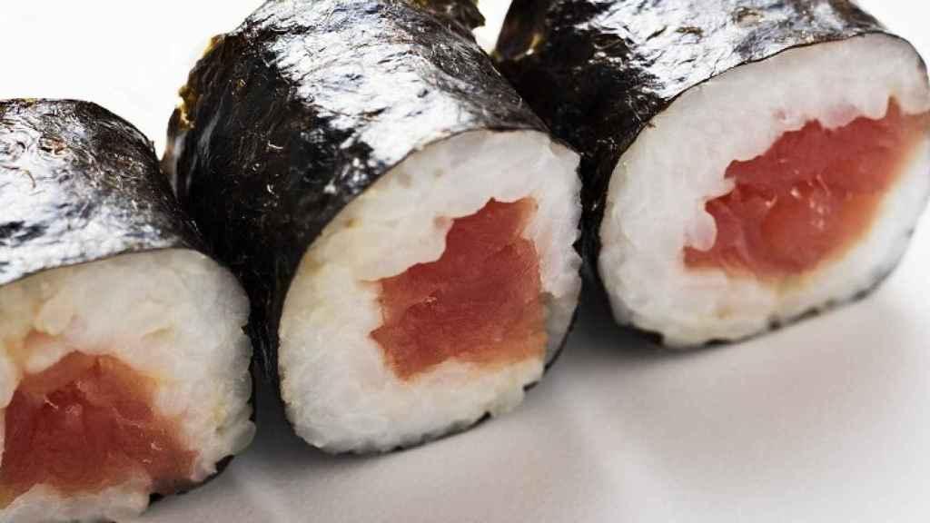 Unas piezas de sushi.