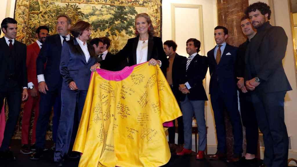 La infanta Elena ha sido reconocida con el Capote de las Artes por su apoyo a los toros.