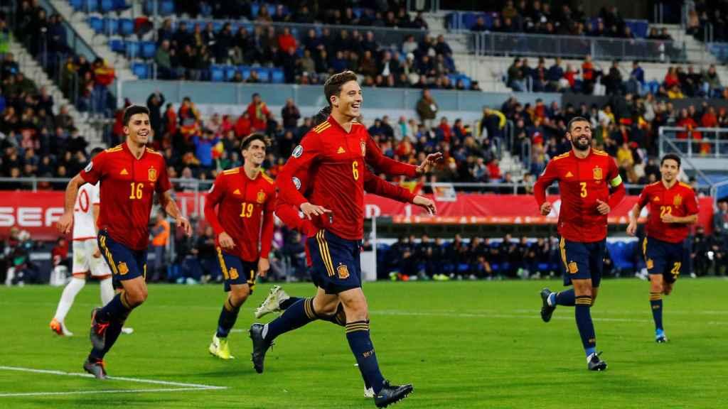Pau Torres celebra su gol en su debut con la selección española