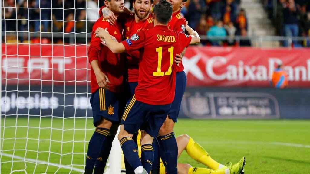Los jugadores de la selección española celebran el gol con Morata