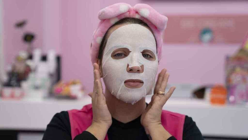 Rebeca, dependienta de Planet Skin, se pone la mascarilla coreana.