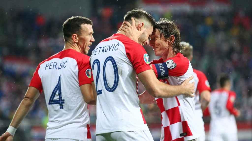 Luka Modric felicita a su compañero Petkovic