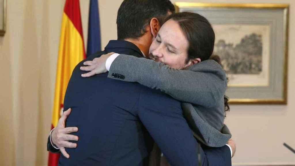 Abrazo entre Pedro Sánchez y Pablo Iglesias tras firmar el acuerdo de Gobierno que han alcanzado sus respectivas formaciones.
