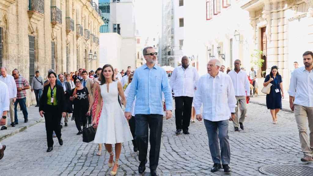 Los Reyes de España paseando por La Habana (Cuba) junto al ministro de Exteriores en funciones, Josep Borrell.