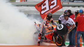 Marc Márquez celebra su victoria en el circuito Ricardo Tormo de Cheste.