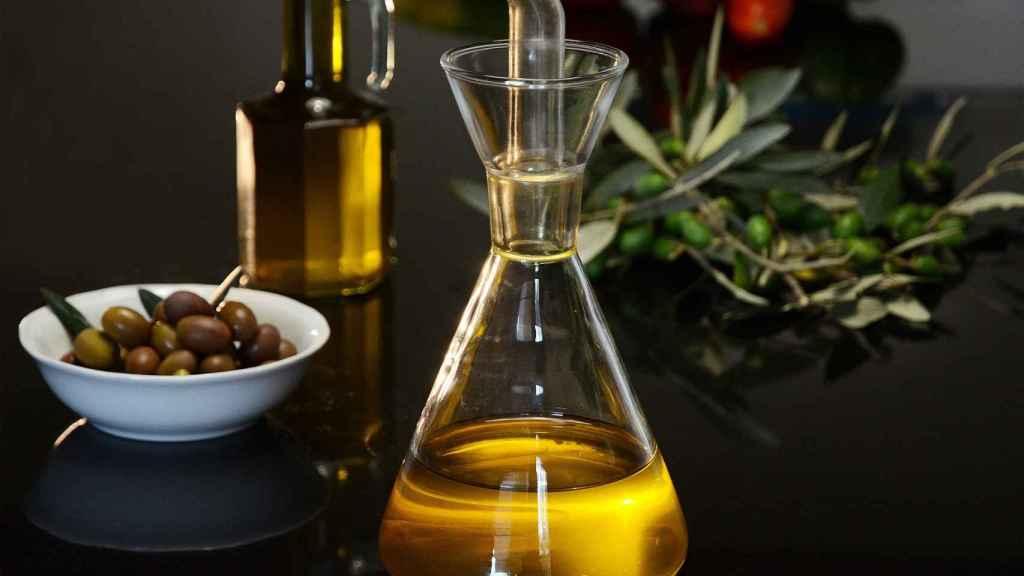 Una aceitera llena de aceite de oliva.