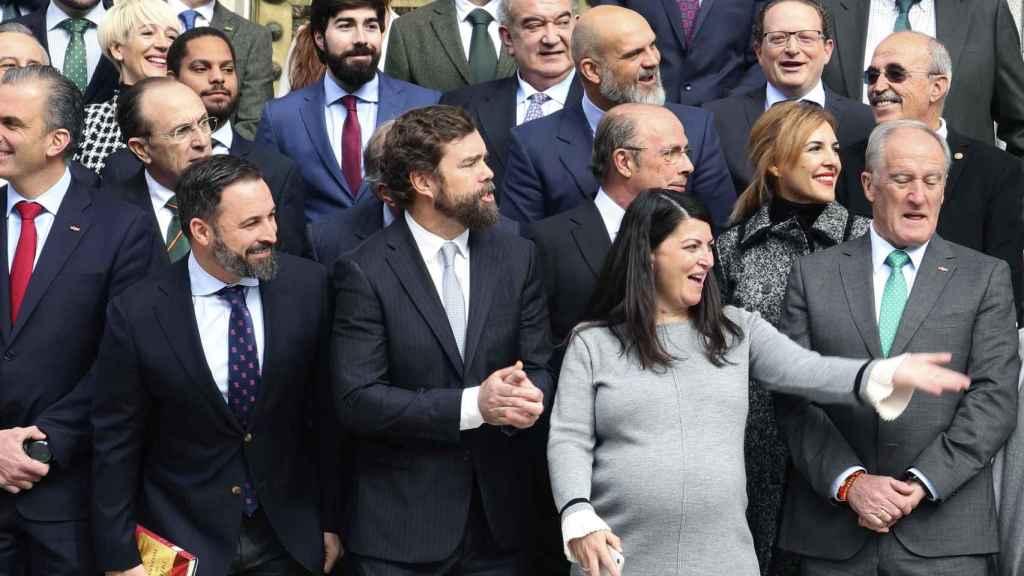 Abasca, con el libro de Maeztu, y el resto de diputados de Vox en el Congreso.