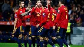 Piña de los jugadores de la selección española ante Rumanía
