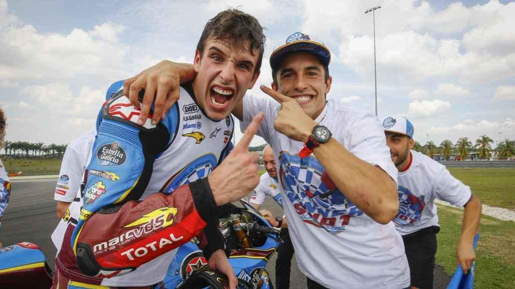Marc y Álex Márquez celebran el título de Moto2 logrado por el pequeño en el circuito de Sepang.