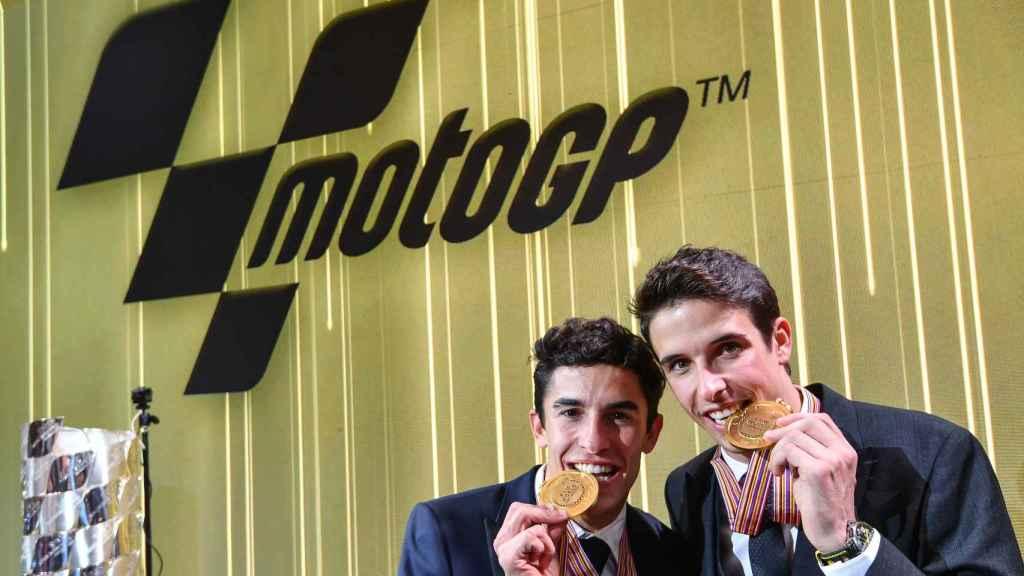 Álex y Marc Márquez, con sus medallas de campeones de Moto2 y MotoGP, respectivamente, en la gala de MotoGP.